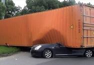 """Cô gái thoát chết """"thần kỳ"""" khi bị container đè bẹp"""