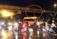 Kinh hãi người đàn ông treo cổ lơ lửng giữa cầu vượt