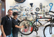 Anh Tây sửa xe đạp ở Hà Nội