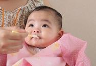 Nấu đồ ăn dặm: Cho tí sữa vào bé háu ăn hơn
