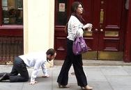 Bị buộc cổ dẫn đi dạo như súc vật