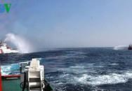 Ảnh mới từ Hoàng Sa: 2 tàu Trung Quốc cùng phun nước vào tàu Việt Nam