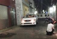 Chục người nâng taxi cứu bé gái 3 tuổi kẹt dưới gầm