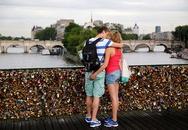 """Chụp ảnh """"tự sướng"""" để cứu cây cầu khóa tình yêu trên sông Seine"""