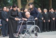 Xúc động hình ảnh GS Vũ Khiêu ngồi xe lăn đến viếng Đại tướng
