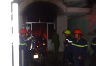 Cảnh sát nỗ lực cứu hai thanh niên bị kẹt trong ngôi nhà bốc cháy
