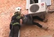 Cứu được bà lão 97 tuổi rơi khỏi cửa sổ