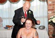 Choáng với cô dâu gây bất ngờ bằng cách cạo trọc đầu trong ngày cưới