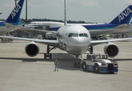 Nữ hành khách thoát y giữa sân bay