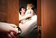 'Con đóng cửa để bố mẹ yêu cho an toàn'
