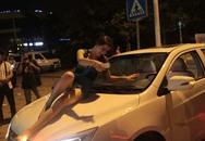 """Kiều nữ say khướt ngồi trên mui xe """"trêu ngươi"""" CSGT"""