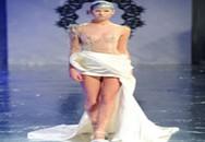 Những bộ váy cưới sexy đến... gai người