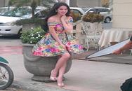 Ngọc Trinh liên tục giữ váy giữa phố vì gió to