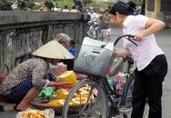 Hà Nội: Tranh nhau nhặt hoa quả thối để bán