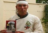 Thanh niên người Pháp chít khăn trắng để chịu tang Đại tướng Võ Nguyên Giáp