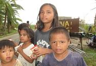 Rơi nước mắt cảnh trẻ em Philippines đói, khát đứng đầy đường cầu cứu