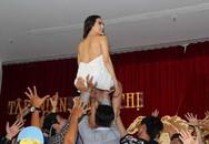 Hoa hậu Thu Hoài sexy hết cỡ với màn bưng bê