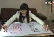 Kỳ lạ cô gái có thể viết hai tay hai thứ tiếng cùng lúc