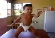 Em bé dễ thương nhún nhảy khi mặc bỉm