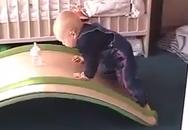 Em bé đáng yêu và nỗ lực lấy bình sữa