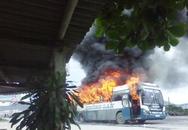 Kinh hãi xe khách giường nằm bốc cháy, QL1A tắc nghẽn nghiêm trọng