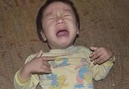 Chảy nước mắt bé 2 tuổi mù lòa ngằn ngặt khóc trên manh chiếu rách