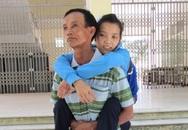 Cô gái có gương mặt xinh xắn bị nhiễm chất độc da cam được cha cõng tới trường thi
