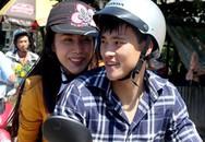 Công Vinh, Thủy Tiên đi xe máy về quê làm từ thiện