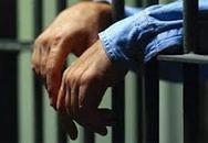 Đại ca ngồi tù, gái đẹp vẫn ghen lồng lộn