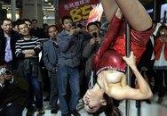 Mải múa cột, người mẫu ôtô lộ ngực