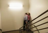 Mắc kẹt đầu vào tay vịn cầu thang vì 'yêu' kiểu mới