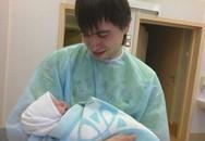 Kinh hoàng bé trai một tháng tuổi bị kẹp chết trong thang máy