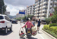 Bức ảnh mẹ gánh con đi xe máy khiến người xem thót tim