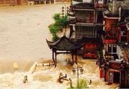 Thị trấn cổ nổi tiếng của Trung Quốc chìm trong biển nước do mưa lớn