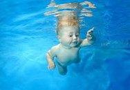 Bé hơn một tuổi bơi siêu đẳng
