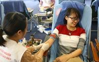 Biểu cảm vừa khóc vừa cười của các hot girl hiến máu cứu người