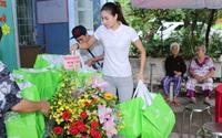 Hoa hậu Hoàn vũ Phạm Hương thăm viện dưỡng lão nghệ sĩ ở TP.HCM