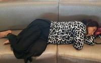 Ảnh nữ bộ trưởng Indonesia ngủ trên ghế sân bay 'gây sốt'