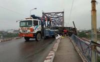 Hải Phòng: Xe tải đang đi bị lật khiến 2 mẹ con thương vong