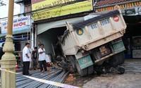 Xe tải mất phanh tông vào cửa hàng, 3 người bị thương