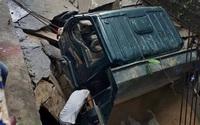 Mặt đường bất ngờ sập, xe tải tụt xuống hố sâu