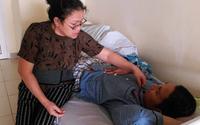 """Bước đường cùng của người mẹ chục năm """"bế"""" con trai 35 tuổi vào Nam ra Bắc chữa bệnh"""