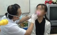 Nữ sinh bị 10 mảnh kính găm sâu vào mặt