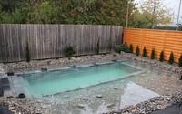 Tự xây bể bơi thiên nhiên tuyệt đẹp, ba bố con khiến hàng xóm