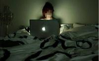 Cô gái 18 tuổi bị tâm thần vì... thức đêm đăng ảnh
