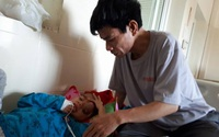 Nhói lòng trước bé trai bị khối u đẩy mắt lồi ra ngoài