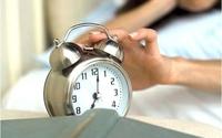 Để đồng hồ báo thức đầu giường là hoàn toàn sai lầm, đây là lý do