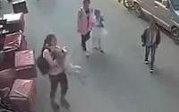 Bé trai 2 tuổi đi tìm mẹ bị rơi từ cửa sổ tầng 3 xuống đất được nữ sinh tiểu học cứu giúp