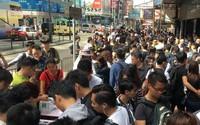iPhone X ở Hong Kong được bán như rau ngoài đường