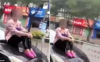 Hoảng hốt cảnh người phụ nữ ngồi bất động trên mũi xe đang đi với tốc độ cao